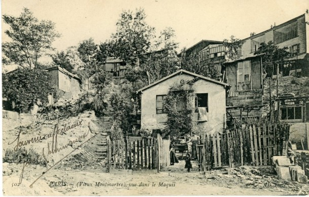 """Vue du maquis, avec  sur la droite de la photo, le """"bateau-lavoir"""" et des ateliers d'artistes."""